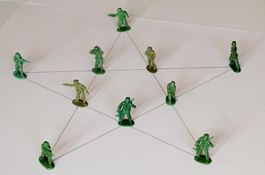 Odpowiedź na pytanie: jak ustawić 10 żołnierzy w 5 rzędach po 4?