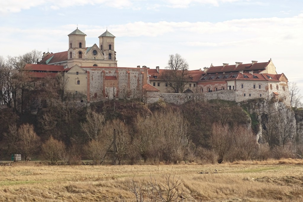 Widok na Opactwo Benedyktynów  z przeciwnego brzegu Wisły