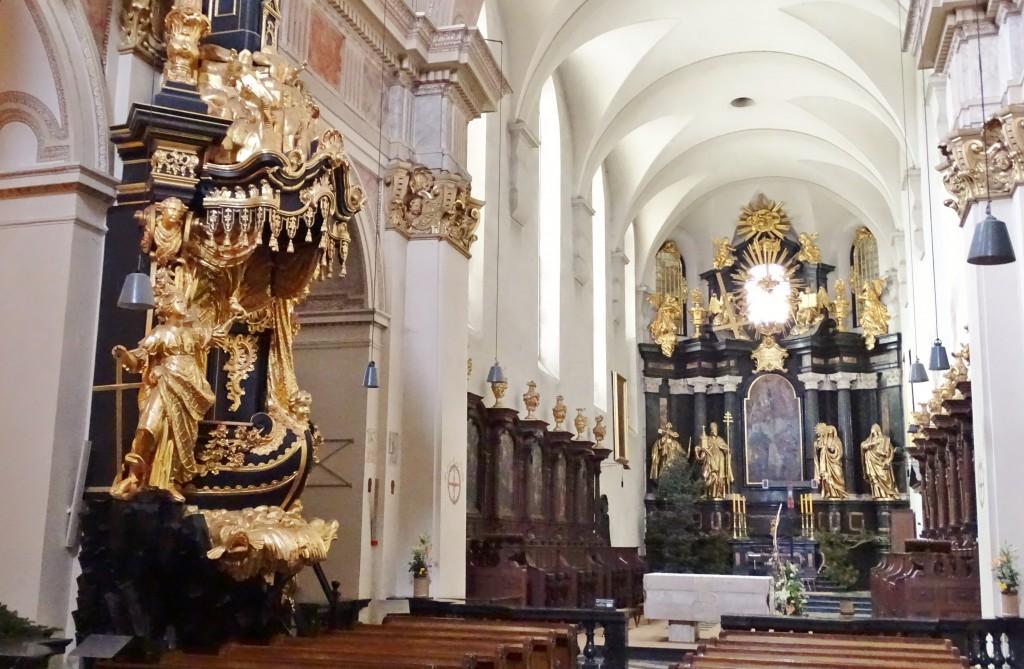 Ambona i ołtarz główny
