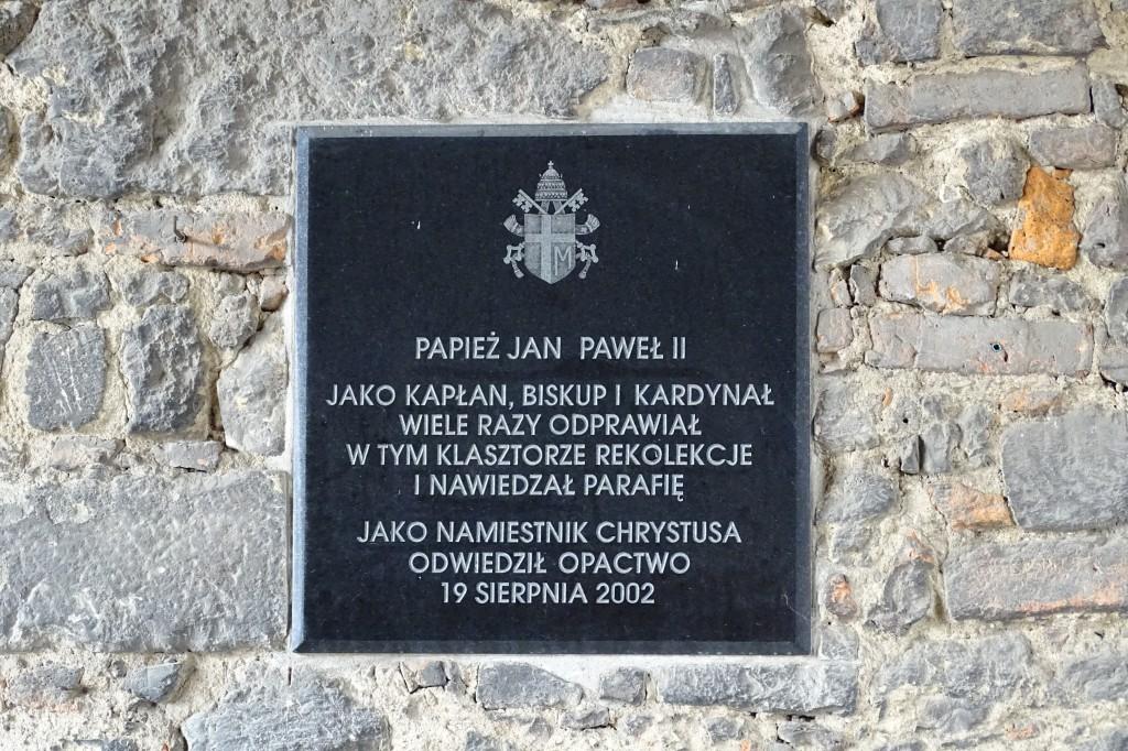 W pierwszą rocznicę wizyty Jana Pawła II w opactwie benedyktynów w Tyńcu, kard. Franciszek Macharski odsłonił pamiątkową tablicę, upamiętniającą tamto spotkanie