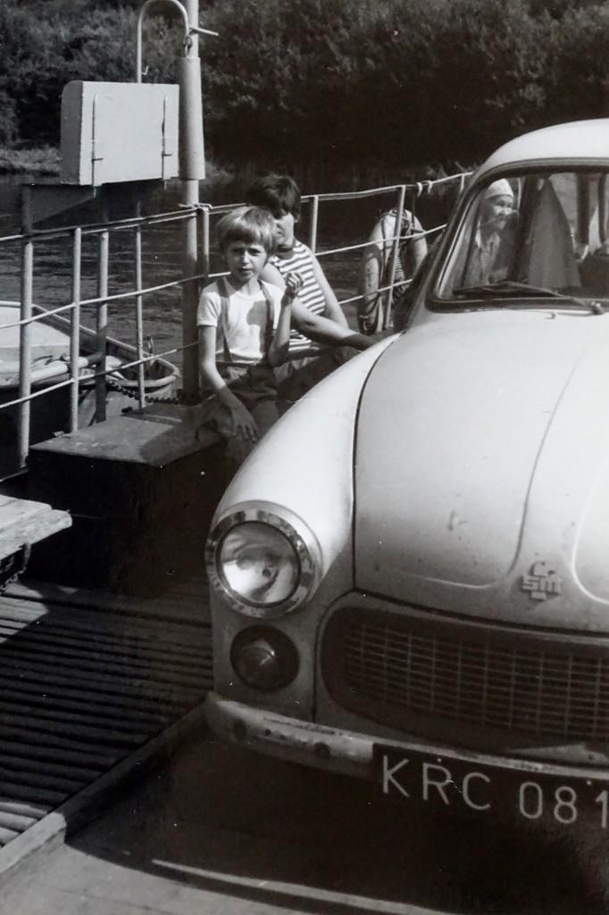 Przeprawa promowa przez Wisłę; pojazd na zdjęciu to Syrena 105 (jedyny całkowicie polski samochód)
