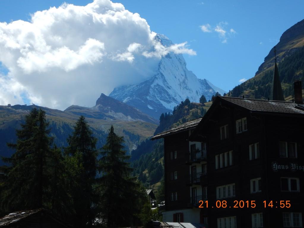 """Widok na Matterhorn z """"zermatowych Krupówek"""""""