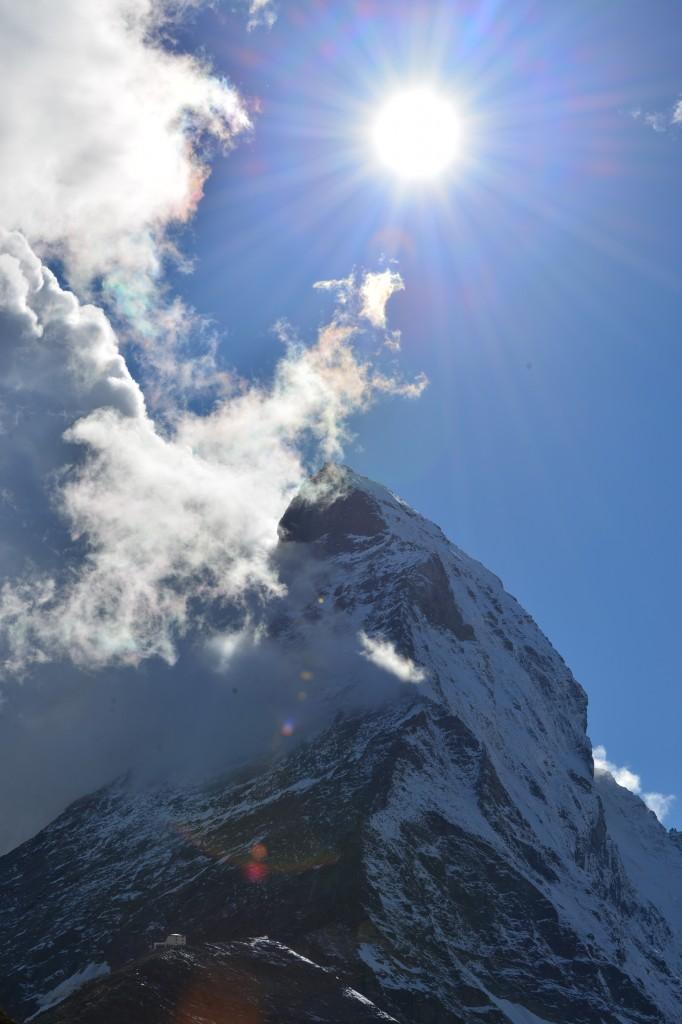 Schronisko Hörnlihutte (w lewym dolnym rogu) na tle Matterhornu