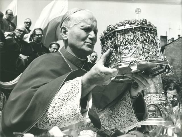 Kardynał Karol Wojtyła z relikwiami św. Stanisława w trakcie procesji św. Stanisława z Wawelu na Skałkę w maju 1975 r. Fot. Andrzej Jacek Stolarczyk