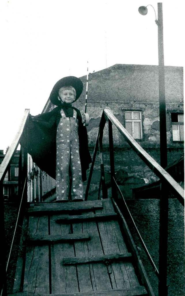 """""""Kiedy byłem, kiedy byłem małym chłopcem, hej"""", to chciałem być między innymi Zorro. Potem mi przeszło i zostałem Mammutem. Zdjęcie zrobione na kładce prowadzącej z ulicy Dojazdowej na bulwary Wiślane."""