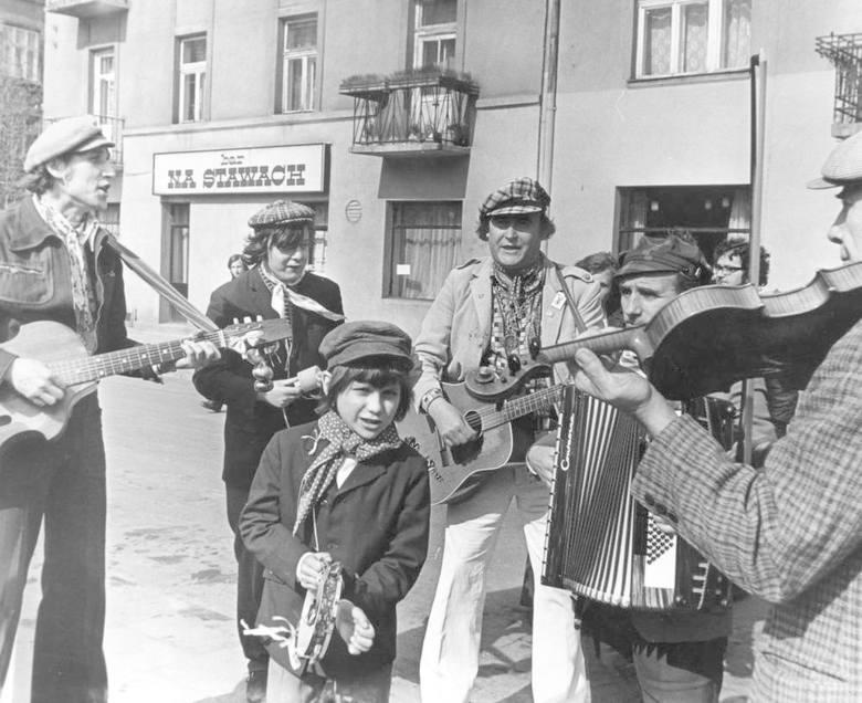 Makino z Andrusami na Placu na Stawach; w tle legendarny bar /zdjęcie z Dziennika Polskiego/