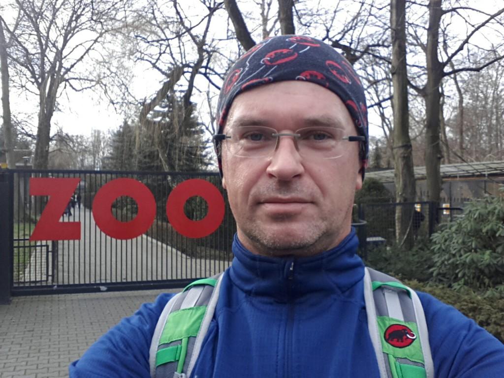 Daniel Nadzwyczajny przed bramą krakowskiego ZOO