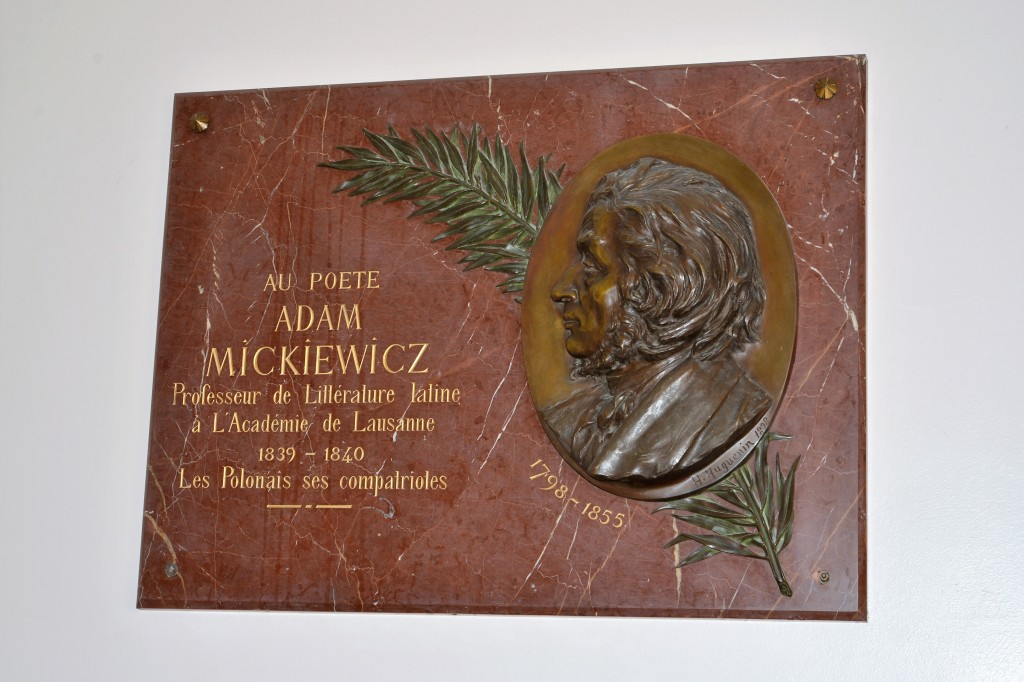 Tablica upamiętniająca Adama Mickiewicza jako profesora Akademii Lozańskiej (obecnie budynek Gimnazjum Kantonalnego, I piętro)