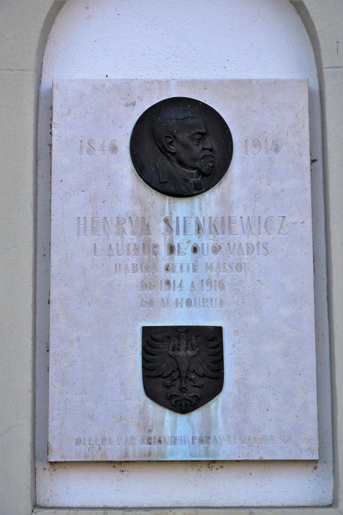 Tablica pamiątkowa we wschodniej ścianie Hotel du Lac