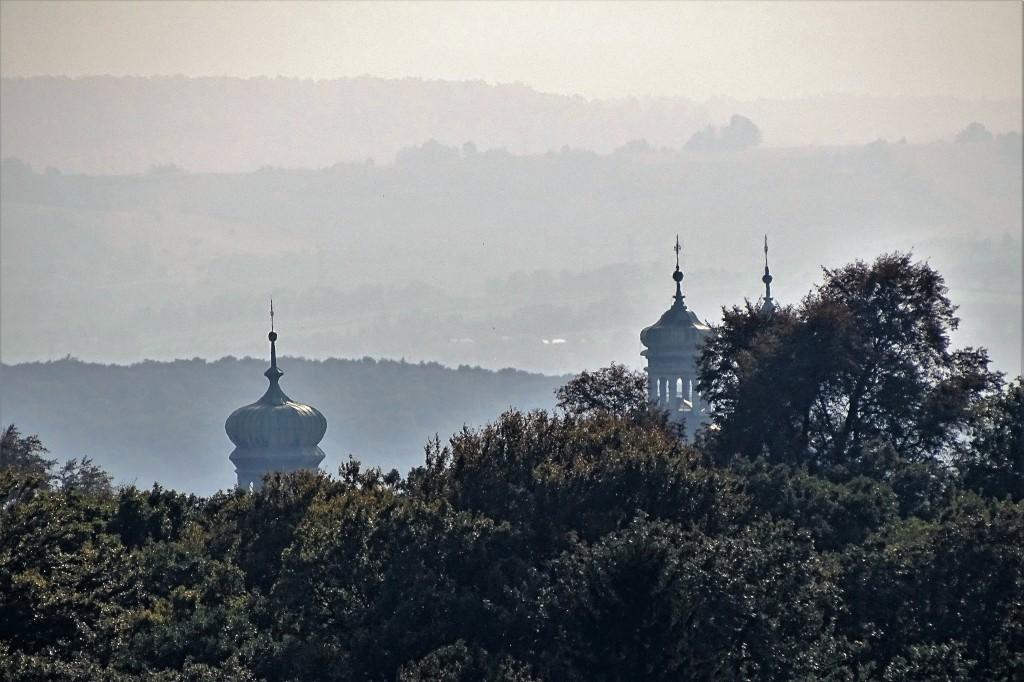 Widok z Kopca Piłsudskiego na klasztor na Srebrnej Górze