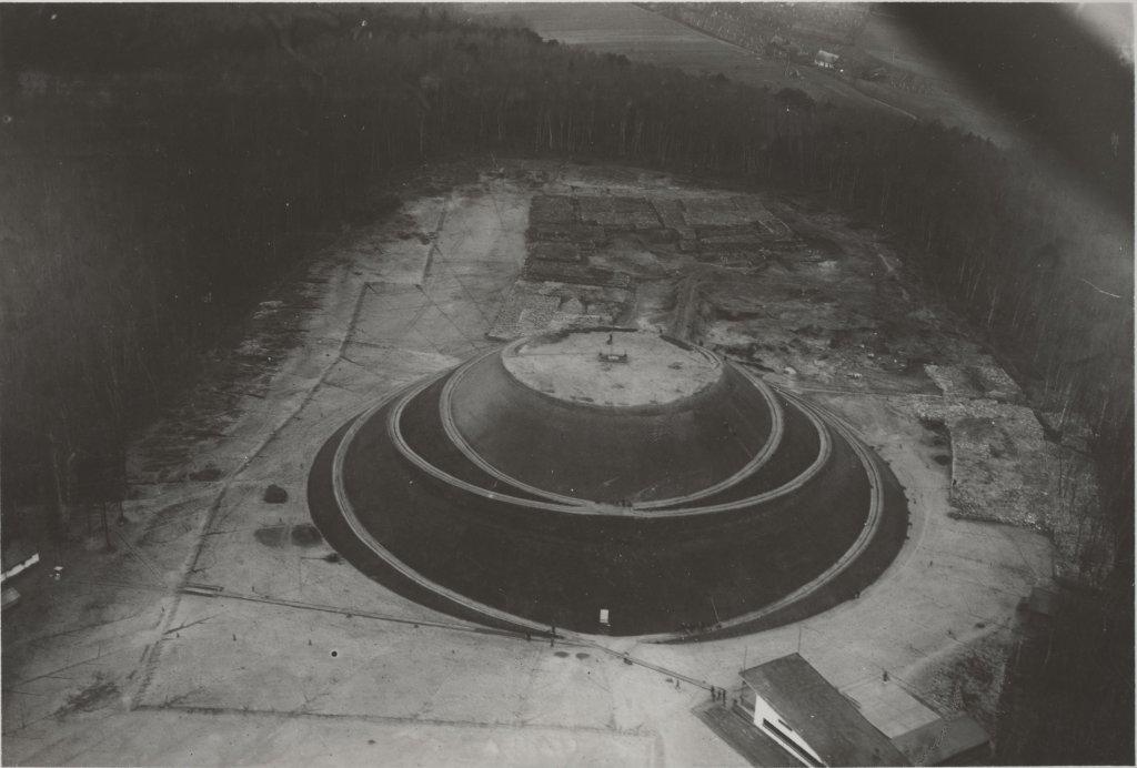 Kopiec Piłsudskiego na Sowińcu. Jeszcze w trakcie budowy - widać sterty ziemi, kamienie, rampy /Zdjęcie ze zbiorów Muzeum Lotnictwa Polskiego w Krakowie/
